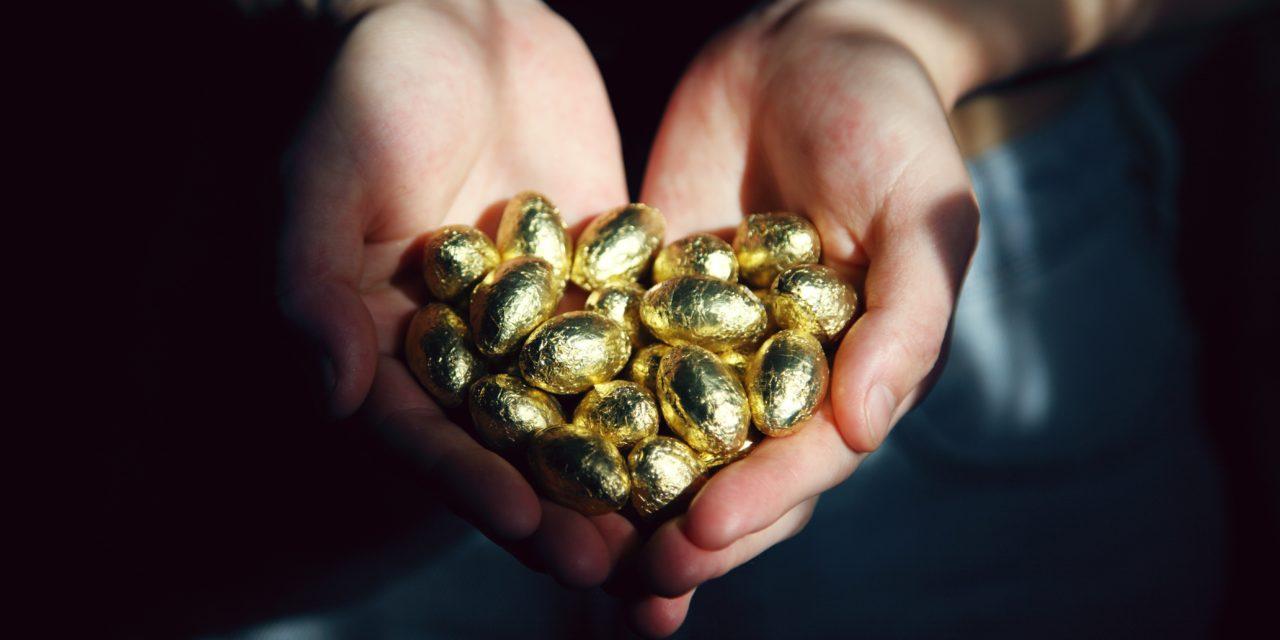 Oro e cioccolato, le due facce dell'uovo pasquale